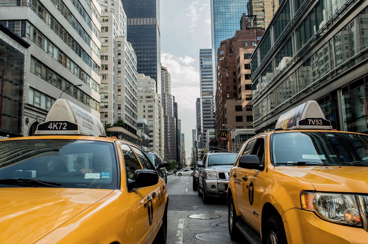 Engelse taxi als trouwauto
